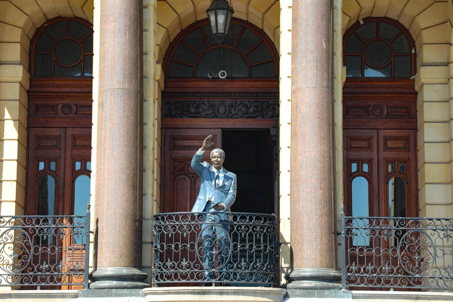 Standbeeld van Nelson Mandela op het balkon van het stadhuis