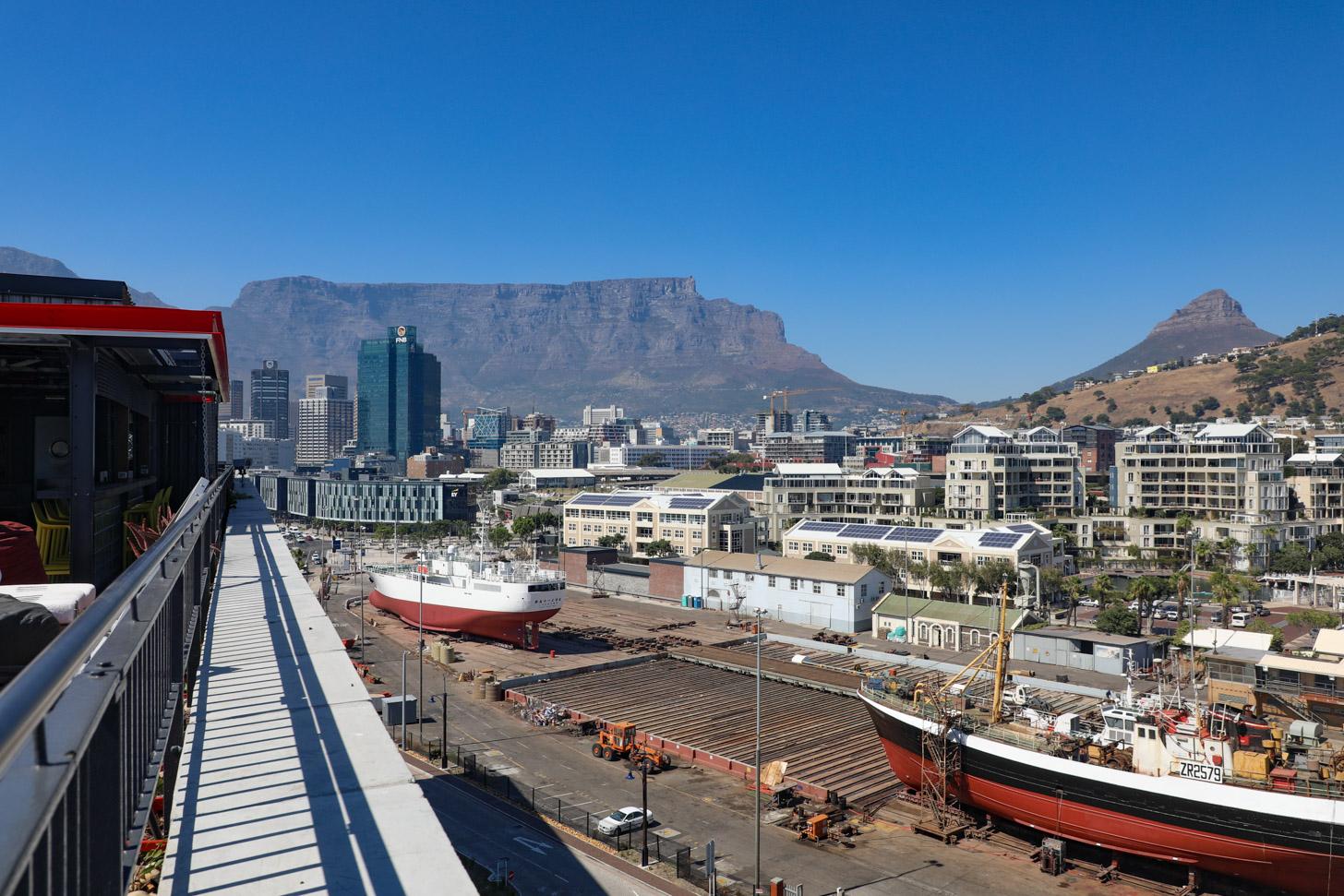 Strakblauwe lucht boven Kaapstad bij een temperatuur van 28 graden Celsius